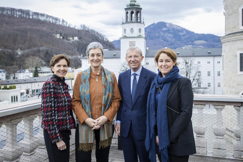Staatssekretärin Ulrike Lunacek (2. v.l.) auf Kultur-Besuch in Salzburg mit LTP Brigitta Pallauf, LH Wilfried Haslauer, DomQuartier-Direktorin Elisabeth Resmann über den Dächern der Salzburger Altstadt.
