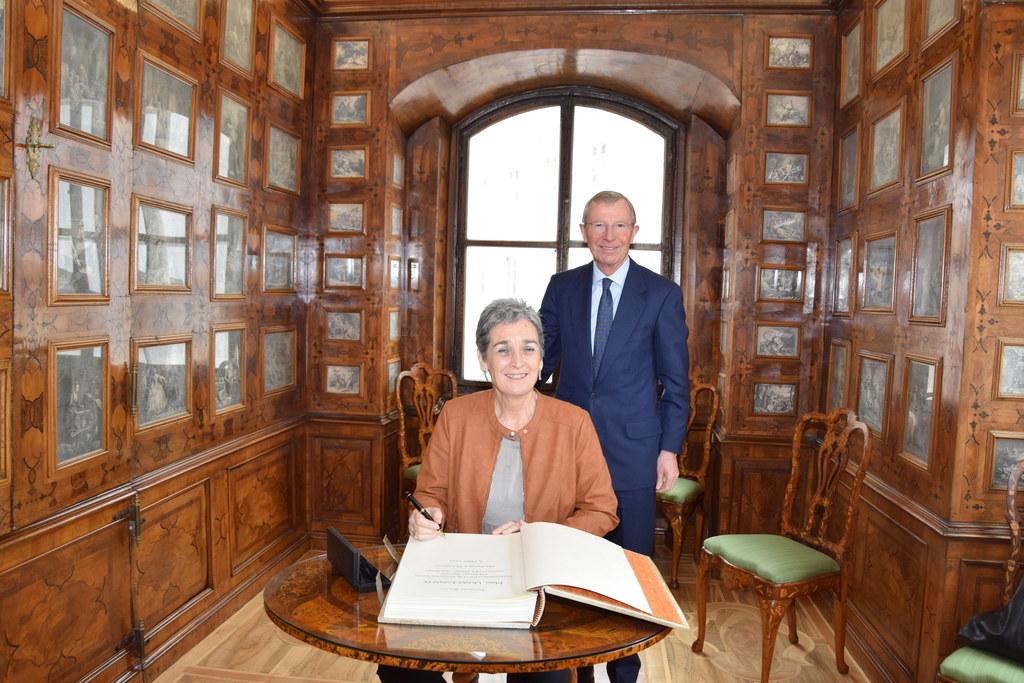 Kultur-Staatssekretärin Ulrike Lunacek trägt sich im Kupferstichkabinett im Chiemeseehof bei LH Wilfried Haslauer in das Gästebuch des Landes ein.