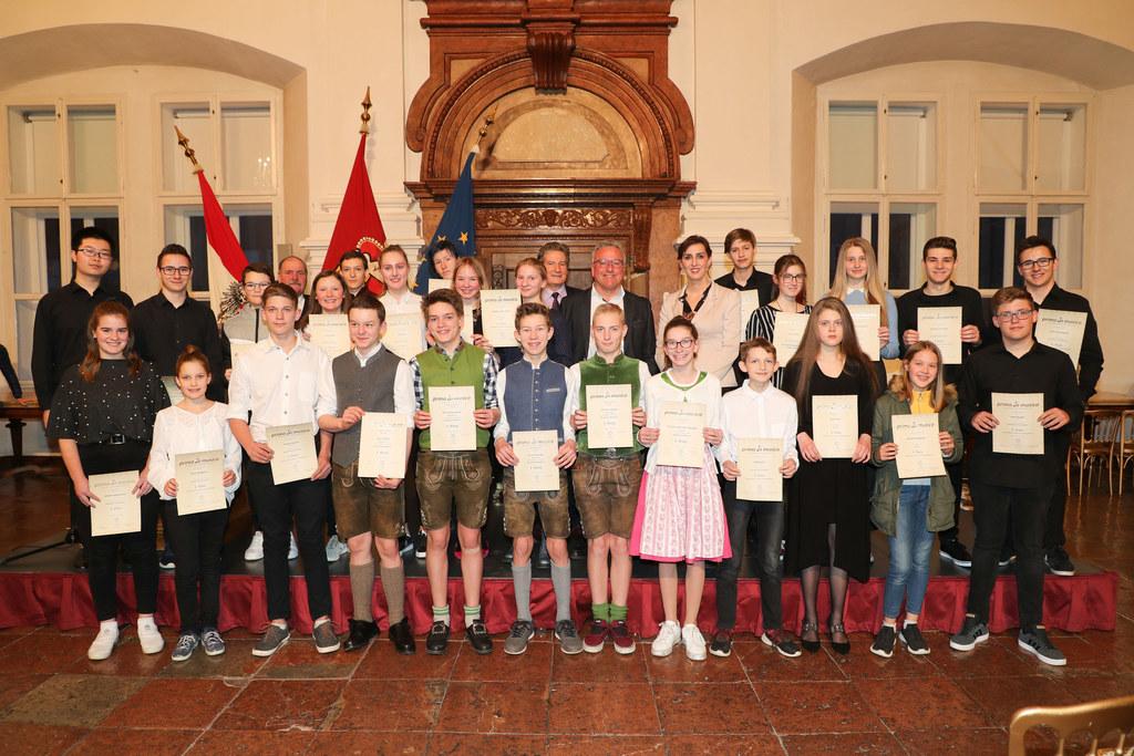 Abschlusskonzert Prima La Musica in der Residenz Salzburg, die Preisträger Altergruppe II mit  LR Maria Hutter und LH-Stv. Heinrich Schellhorn.