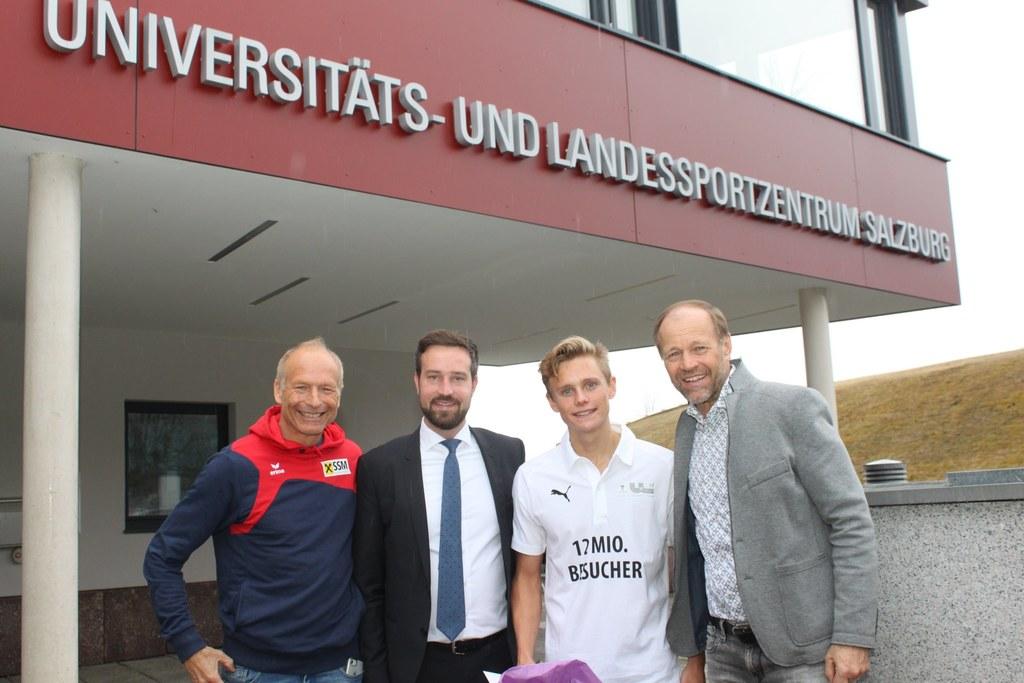 12-millionster Besucher im Universitäts- und Landessportzentrum Salzburg-Rif: Thomas Wörz (SSM), LR Stefan Schnöll, Luca Karl und Dir. Wolfgang Becker.