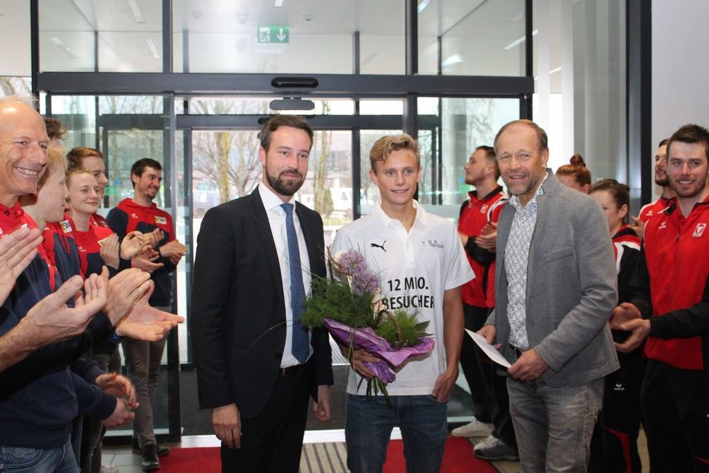 LR Stefan Schnöll und Direktor Wolfgang Becker begüßten mit Luca Karl den zwölfsmillionsten Besucher im ULSZ Rif.