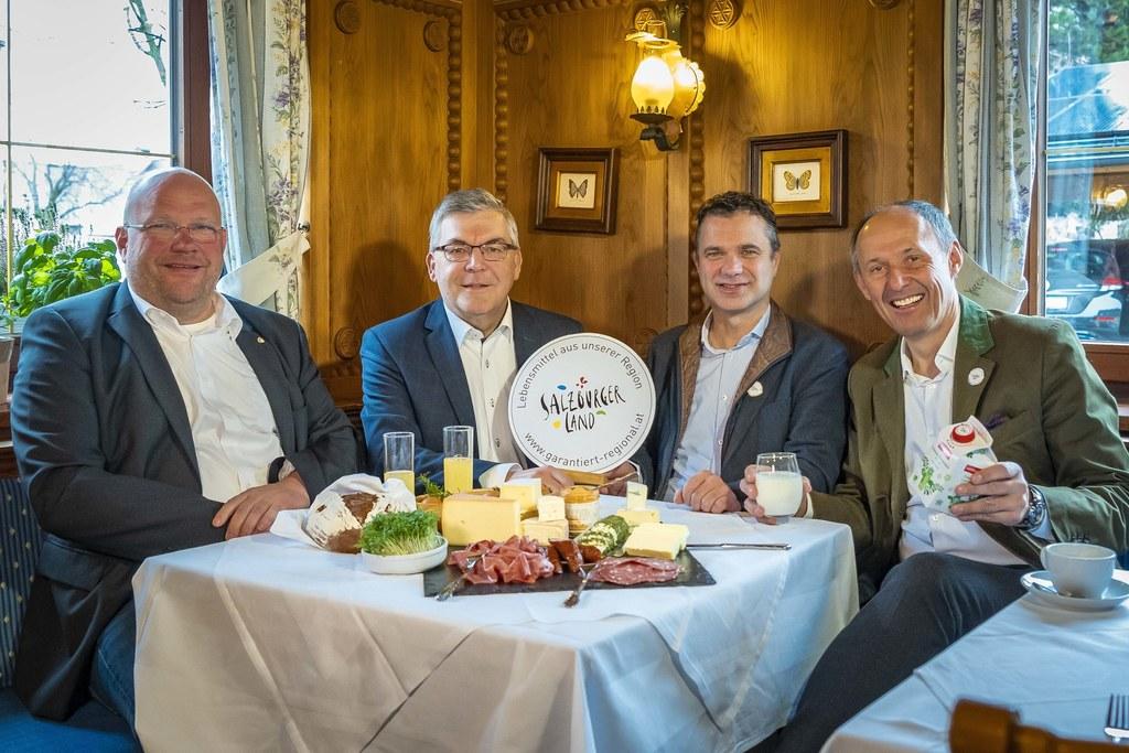 Ernst Pühringer (Fachgruppenobmann Gastronomie der Wirtschaftskammer Salzburg), LR Josef Schwaiger, Landwirtschaftskammerpräsident Rupert Quehenberger und Leo Bauernberger (Geschäftsführer der SalzburgerLand Tourismus GmbH) präsentierten die Kampagne für die Gastronomie.