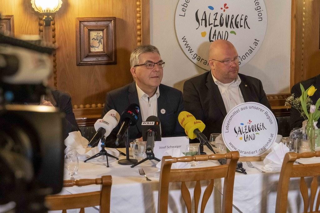 LR Josef Schwaiger und Ernst Pühringer (Fachgruppenobmann Gastronomie der Wirtschaftskammer Salzburg) beim Pressegespräch über regionale Qualitätsprodukte aus der heimischen Landwirtschaft.