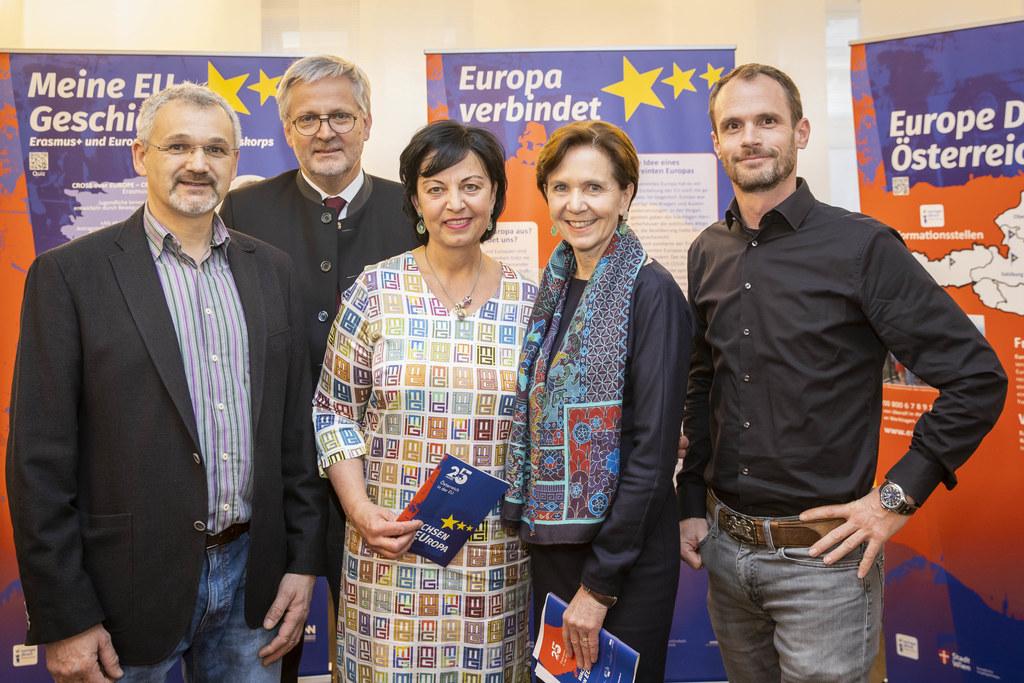 #AT25EU heißt die Ausstellung zu 25 Jahre Österreich in der EU. Bei der Eröffnung im Chiemseehof dabei: Gustav Eppenschwandtner (Verein Arcushof), 2. LT-Präsident Sebastian Huber, Gritlind Kettl (Europe Direct),  LTP Brigitta Pallauf, Gunther Graupner (Kompetenzzentrum Bauforschung)