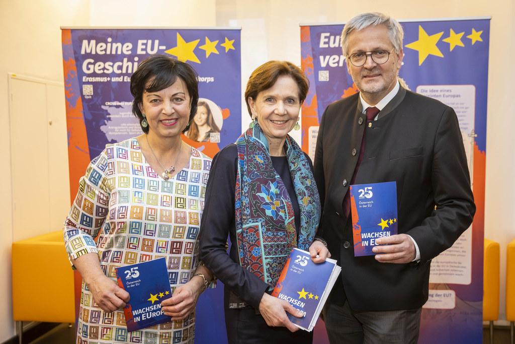 """Die Wanderausstellung """"25 Jahre Österreich in der EU"""" ist eröffnet: Gritlind Kettl (Europe Direct), LTP Brigitta Pallauf, 2. LT-Präsident Sebastian Huber."""