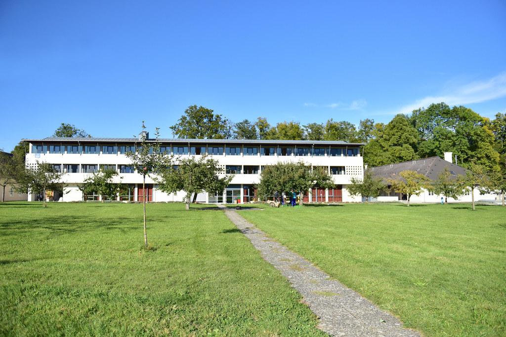 Für den Fall, dass sie in der aktuellen Corona-Situation gebraucht werden, sind in allen Bezirken des Landes Quartiere vorbereitet, so zum Beispiel die Landwirtschaftliche Fachschule Kleßheim.