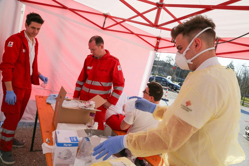 Mitarbeiter des Roten Kreuz Salzburg bei der Probennahme beim Drive-in beim Stadion Kleßheim.