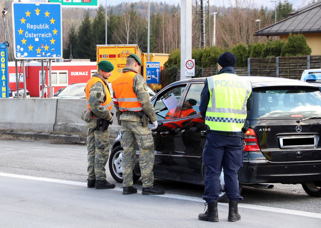 Die Soldaten unterstützen die Polizei bei der Durchführung der Grenzkontrollen.
