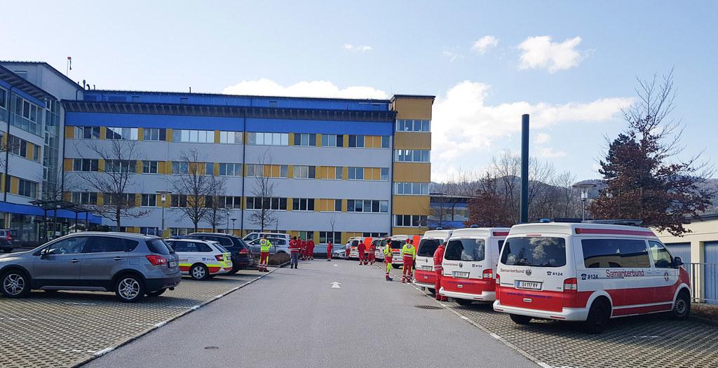 Heute werden 13 Patientinnen und Patienten aus Hallein in das Krankenhaus nach St. Veit verlegt.