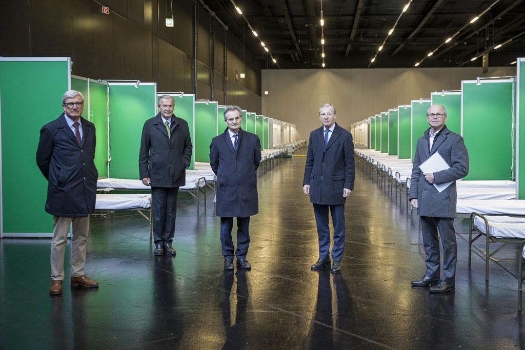Rund 700 Betten stehen bereit. Bgm. Harald Preuner, SALK-Geschäftsführer Paul Sungler, Richard Greil, LH Wilfried Haslauer und LH-Stv. Christian Stöckl beim Rundgang.
