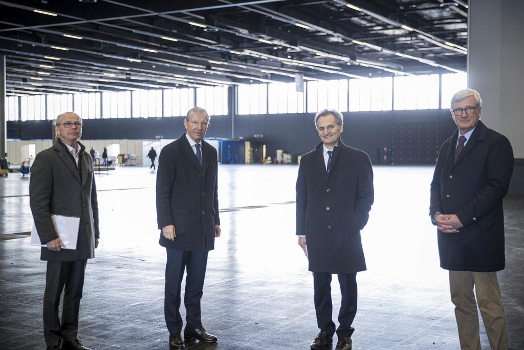 Heute Abend sollen die Arbeiten im Messezentrum abgeschlossen sein. LH-Stv. Christian Stöckl, LH Wilfried Haslauer, Primar Richard Greil und Bgm. Harald Preuner besichtigten die Covid-Station.
