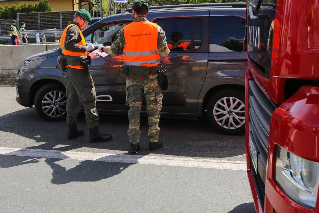 Berufspendler können wie Schlüsselarbeitskräfte über das kleine deutsche Eck fahren. Die Jägerkompanie aus Salzburg unterstützt die Polizei bei den Grenzkontrollen.