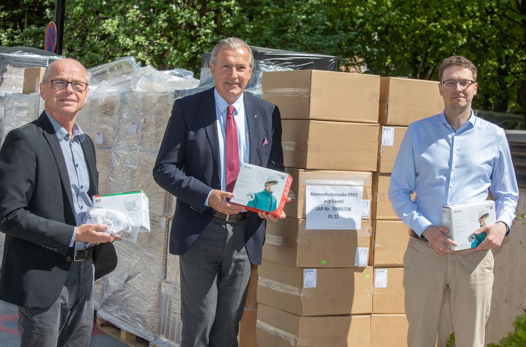 LH-Stv. Christian Stöckl, Paul Sungler (GF SALK) und Niki Vierthaler (Chefeinkäufer SALK): Salzburgs Krankenhäuser sind mit hochwertigen Schutzmasken versorgt.