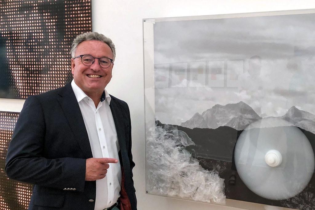 LH-Stv. Heinrich Schellhorn mit einem Kunstobjekt von Franz Bergmüller, ein Beispiel für vom Land angekaufter Kunst. Auch so sollen die Künstlerinnen und Künstler untertstützt werden.
