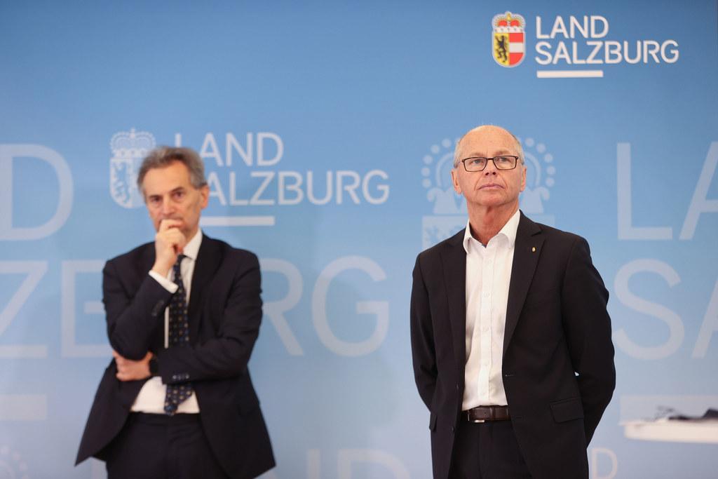 Richard Greil und LH-Stv. Christian Stöckl warnen vor einer erneuten Infektionswelle, für die die Spitäler gerüstet sein müssen.