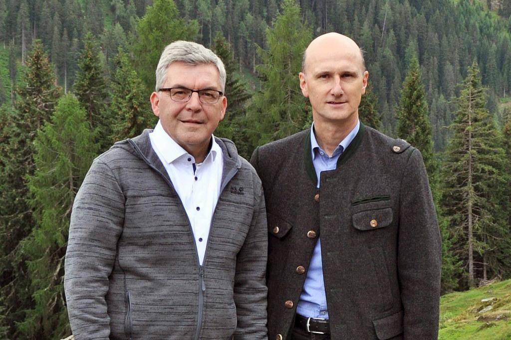 """LR Josef Schwaiger mit dem Wolfsbeauftragten des Landes Hubert Stock: """"Die Förderungen für die Herdenschutzmaßnahmen und GPS-Sender für Schafe werden gut angenommen."""""""