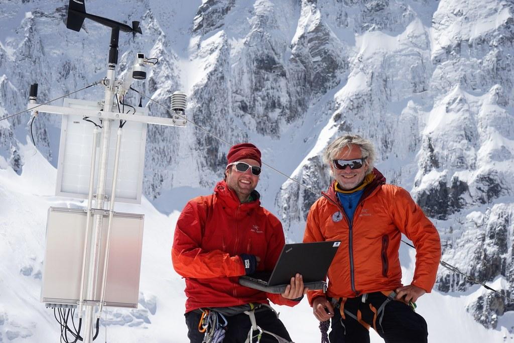 Arbeitsplatz in 2.500 Meter Höhe: Robert Delleske von Georesearch und Gerald Valentin vom Landesgeologischen Dienst kontrollieren die Messstationen am Ödenwinkelkees.