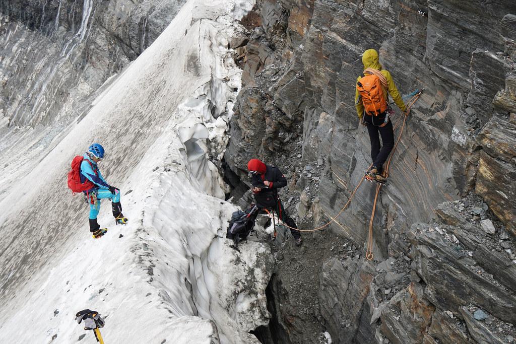 Mit Steigeisen, Seil und Haken ist das Forscherteam auf Eis und in der Felswand unterwegs, um an die relevanten Daten zu gelangen.