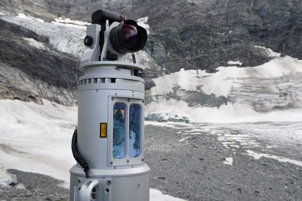 Ein wachsames Auge am Gletscher: Drohnen-Lasermessungen, Kameras und hochsensible Sensoren lieferten über mehrere Jahre hinweg aufschlussreiche Daten.