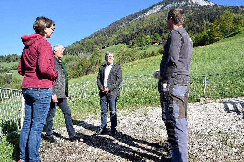 Angelika Herbst (Bäuerin), Klaus Vitzthum (Bezirksbauernkammer Zell am See), LR Josef Schwaiger und Alois Herbst (Bauer) diskutieren über eine neue Methode gegen Engerlinge auf den Almen.