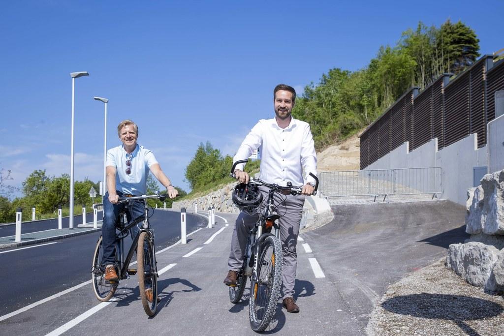Den täglichen Arbeitsweg mit dem Fahrrad zurückzulegen – dazu motivieren auch die vielen neuen Radwege, wie hier zum Beispiel das Teilstück in Thalgau, das im Vorjahr LR Stefan Schnöll und Bgm. Johann Grubinger präsentierten (Archivbild).