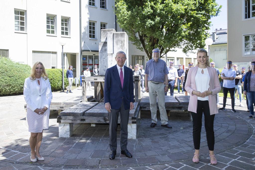 BM Christine Aschbacher (re.) besuchte in Salzburg auch das Arbeitsmarktservice. Im Bild links AMS-GF Jacqueline Beyer.