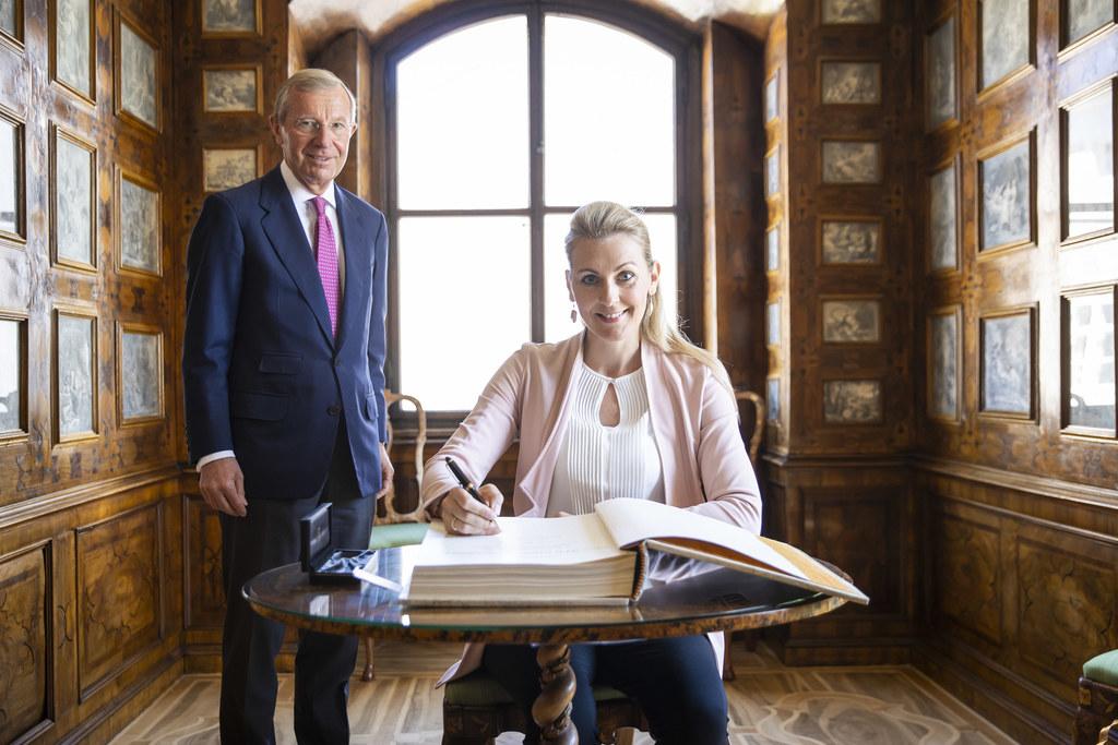 Bei ihrem Salzburg-Besuch trug sich BM Christine Aschbacher im Chiemseehof in das Gästebuch des Landes ein.