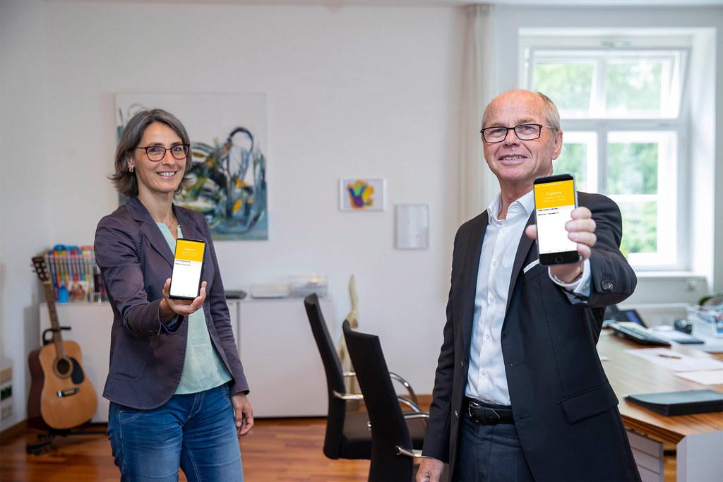 Für Landessanitätsdirektorin Petra Juhasz und LH-Stv. Christian Stöckl liegen die Vorteile der neuen App in der rascheren Information und der Entlastung der Behörden und der Gesundheitshotline 1450.