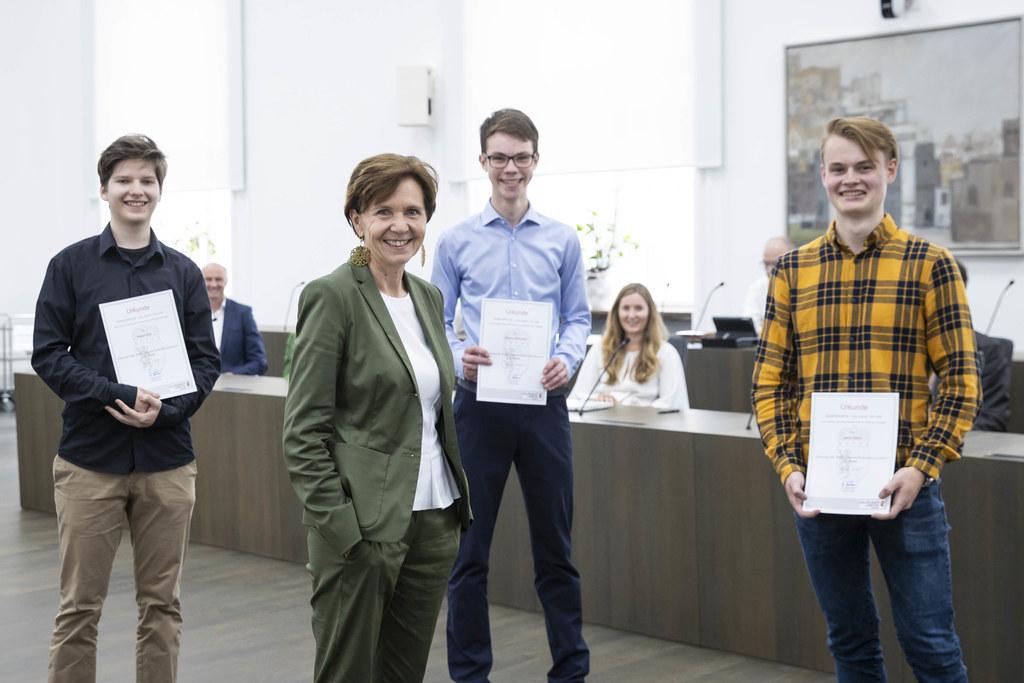 Die strahlenden Sieger des Kreativwettbewerbs 2019 im Bild mit LTP Brigitta Pallauf: Peter Kikl, Simon Eliskases und Janik Nairz. (Archivfoto)