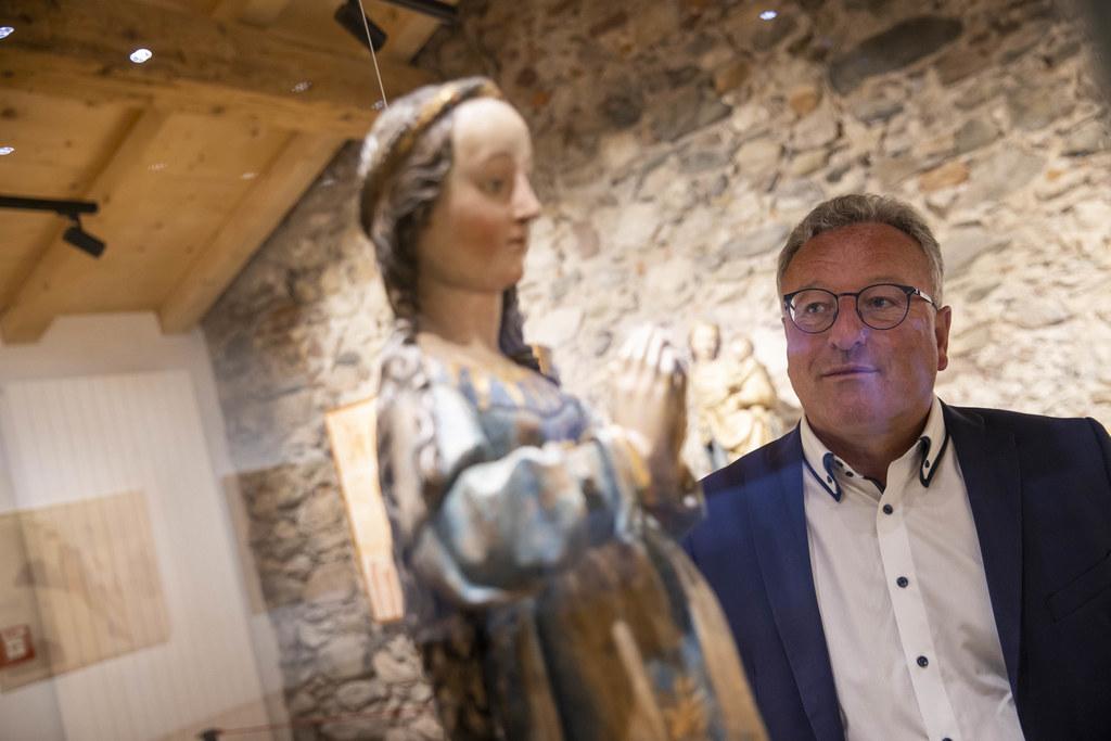 """LH-Stv. Heinrich Schellhorn hier bei einem Besuch im Gotik- und Bergbaumuseum in Leogang: Mit dem Projekt """"Museum online"""" können Regionalmuseen in Salzburg rund um die Uhr von zu Hause besucht werden. (Archivbild)"""