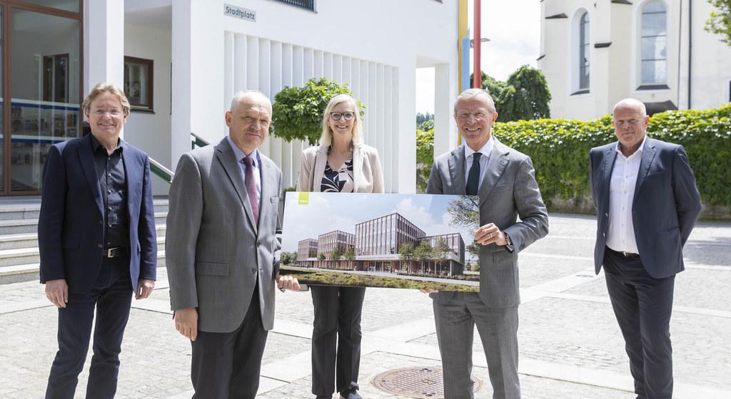 Seekirchen wird Standort der neuen Bezirkshauptmannschaft Salzburg-Umgebung. Projektleiter Heinrich Pölsler, BH Reinhold Mayer, Karin Gföllner (BH Sbg.-Umgeb.), LH Wilfried Haslauer und Bgm. Konrad Pieringer stellten das Projekt vor.