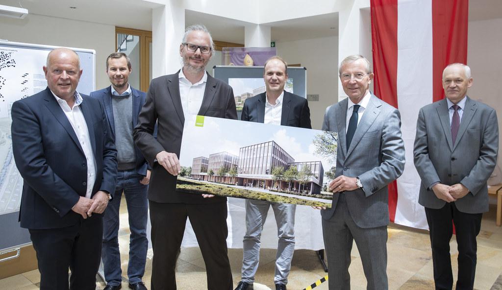 Das Team der SWAP Architekten ZT GmbH mit Bgm. Konrad Pieringer, LH Wilfried Haslauer und BH Reinhold Mayer, gestalteten das neue Verwaltungszentrum für den Flachgau.