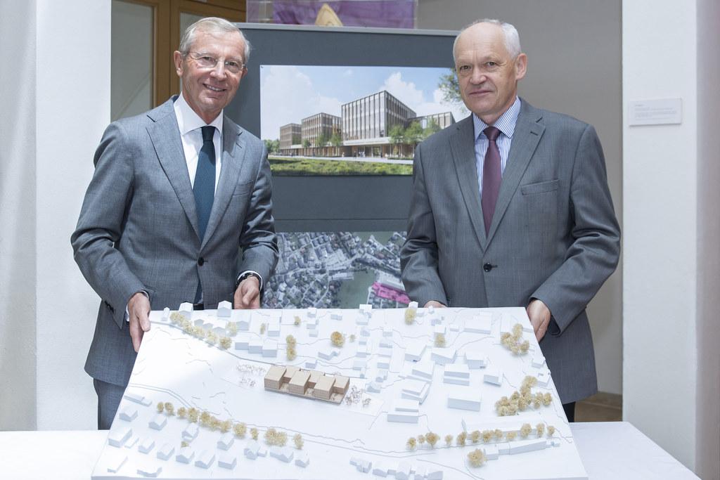 LH Wilfried Haslauer und BH Reinhold Mayer mit dem Modell der neuen Bezirkshauptmannschaft Salzburg-Umgebung, die 2023 in Seekirchen fertig gestellt wird.