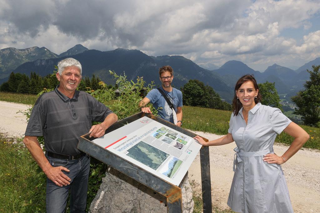 Die Unkener Bergmähder sind eines von 18 Natura-2000-Schutzgebieten im Pinzgau. Grundbesitzer Klaus Vitzthum, Mark Ressel und LR Maria Hutter bei der neuen Schautafel.