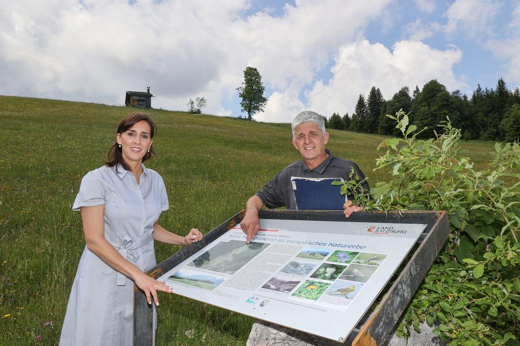 Auf Naturschätze hinweisen: LR Maria Hutter und Grundbesitzer Klaus Vitzthum mit der neuen Schautafel in den Unkener Bergmähdern.