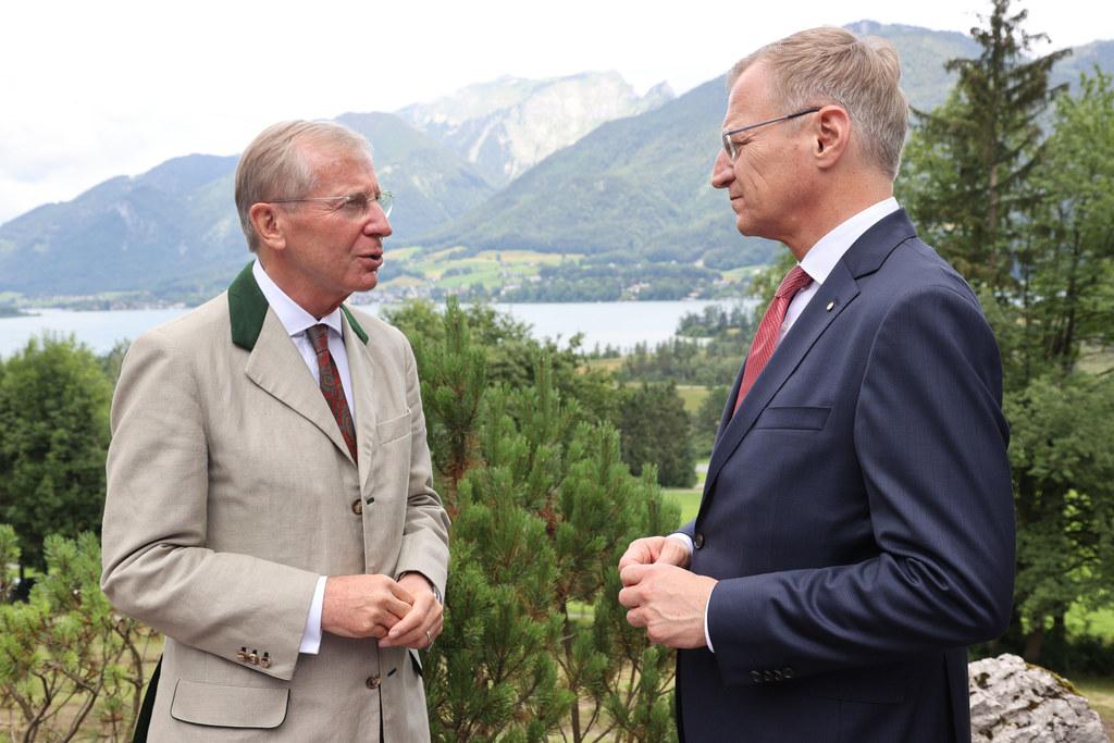 Bereits bei der Übernahme des Vorsitzes in der Landeshauptleutekonferenz von Oberösterreich im Juli  - hier LH Wilfried Haslauer mit seinem oberösterreichischen Amtskollegen Thomas Stelzer - war die Corona-Krise bestimmendes Thema.