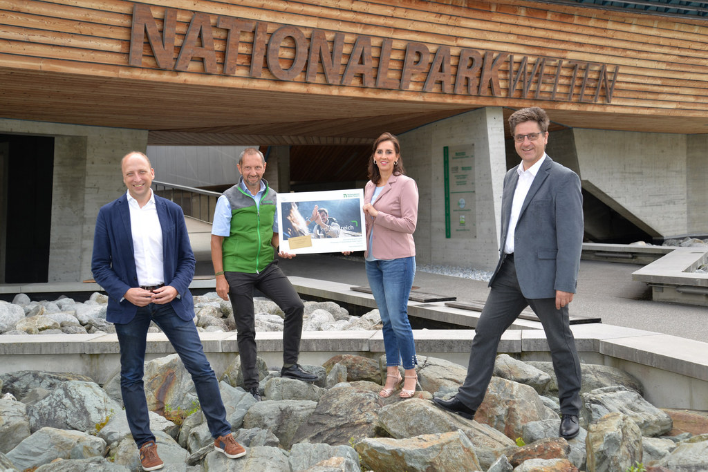 LR Maria Hutter mit Bgm. Michael Obermoser (re.) und den beiden Geschäftsführern von Ferienregion und Nationalpark, Roland Rauch (li.) und Wolfgang Urban.