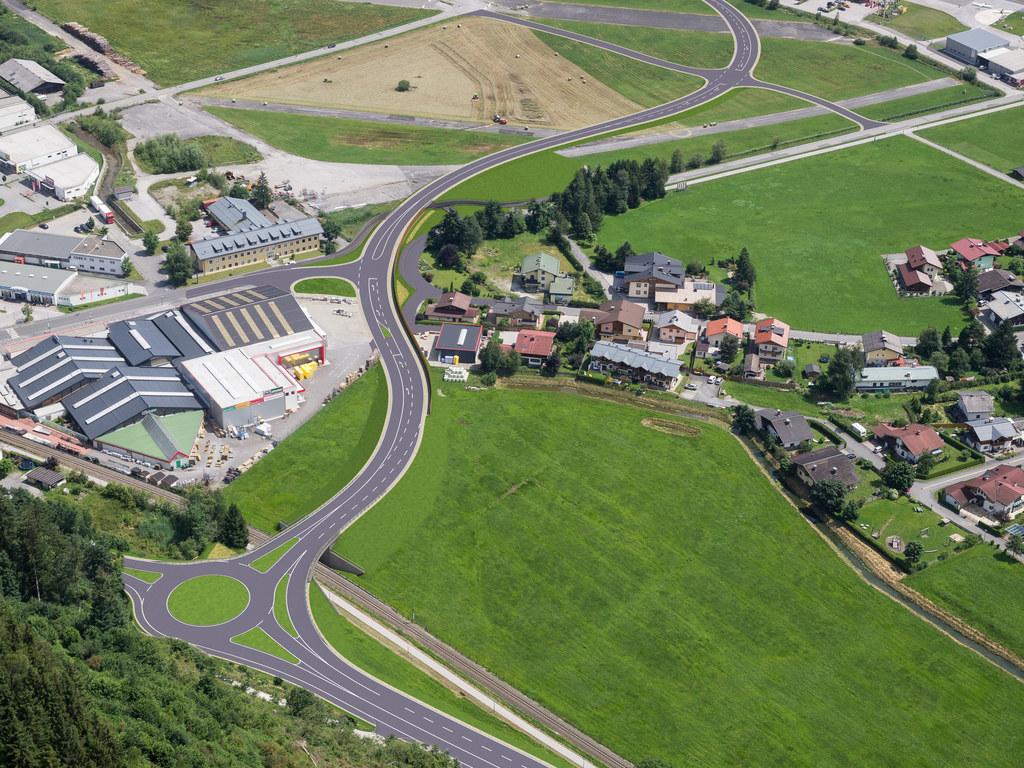 Die neue Entlastungsstraße umfährt den südlichen Teil von Zell am See. Hier im Bild die künftige Einbindung in die B168 bei der Firma Ebster südlich der Areitbahn.