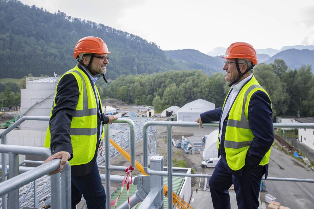 Mit dem Bau der Bioethanol-Anlage in Hallein wurde im Juli 2019 begonnen, im November dieses Jahres soll sie in Betrieb gehen. Im Bild: AustroCel-Geschäftsführer Jörg Harbring und LH-Stv Heinrich Schellhorn.