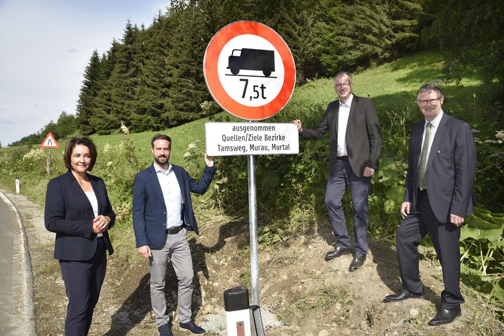 Fahrverbot für Transit-Lkw im Lungau: BH Michaela Rohrmoser, LR Stefan Schnöll, Bgm. Manfred Sampl (Obmann Regionalverband) und Bgm. Georg Gappmayer (Tamsweg)