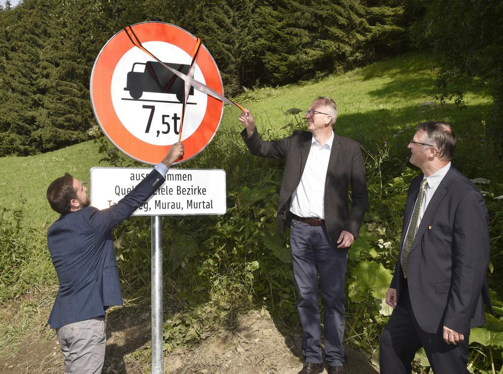 LR Stefan Schnöll, Bgm. Manfred Sampl (Obmann Regionalverband ) und Bgm. Georg Gappmayer (Tamsweg) beim Aufstellen der Verbotstafel an der Seethaler Straße bei Tamsweg.