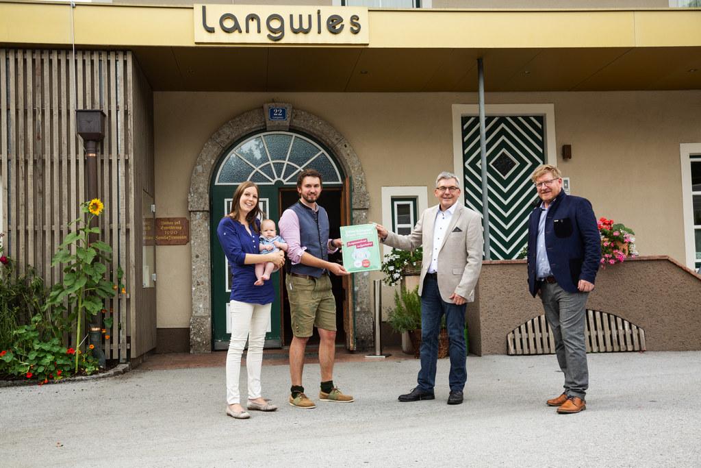 Der Hotelgasthof Langwies in Bad Vigaun ist der erste Gastrobetrieb mit dem SalzburgerLand Herkunfts-Zertifikat. Im Bild: Inhaber Josef Brunnauer mit Gattin und Nachwuchs, LR Josef Schwaiger, Günther Kronberger (GF Salzburger Direktvermarkter)