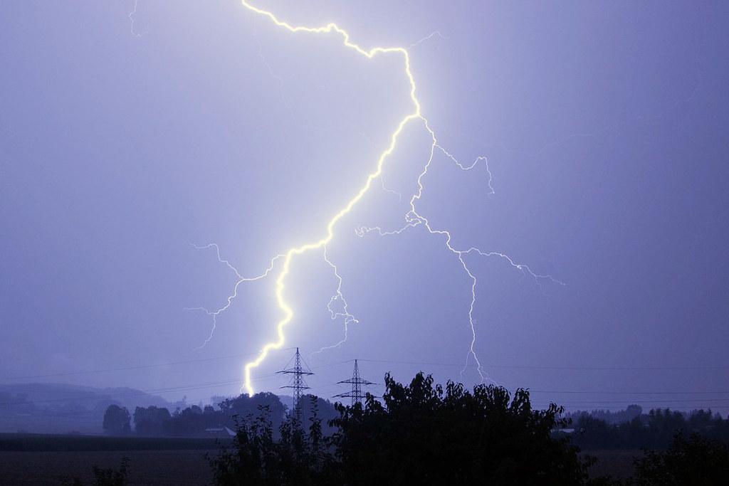 Ab dem späteren Nachmittag könnte es heute ungemütlich werden: Von Bayern her zieht eine Gewitterfront mit Regen, Hagel und Sturmböen über unser Land.