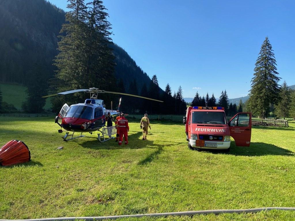 Die Löscharbeiten mussten per Hubschrauber durchgeführt werden.