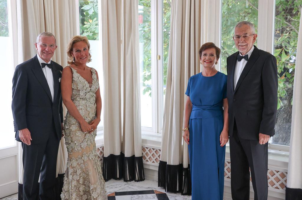 LH Wilfried Haslauer und seine Frau Christina mit Bundespräsident Alexander Van der Bellen und seiner Frau Doris Schmidauer. Am Wochenende stehen unter anderem der Besuch der Salzburger Festspiele und der Landesausstellung auf dem Programm.