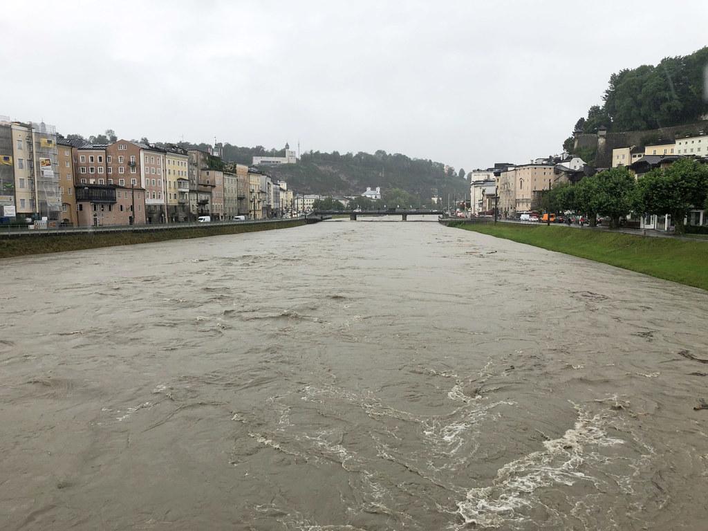 Die Salzach in der Stadt Salzburg gegen 9 Uhr am Dienstagvormittag. Erst in den Nachmittagsstunden soll es aufhören zu regnen.