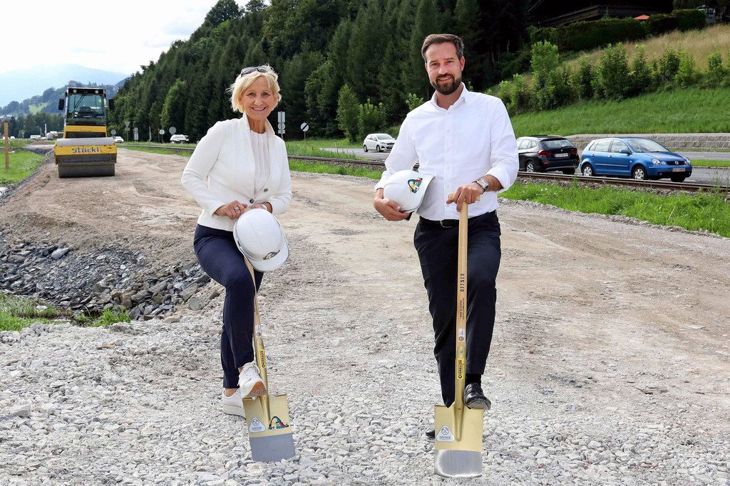 Eine Begleitstraße für mehr Sicherheit. Jetzt wird an der B168 bei Stuhlfelden gebaut. Bgm. Sonja Ottenbacher und LR Stefan Schnöll machten sich ein Bild von den Arbeiten.