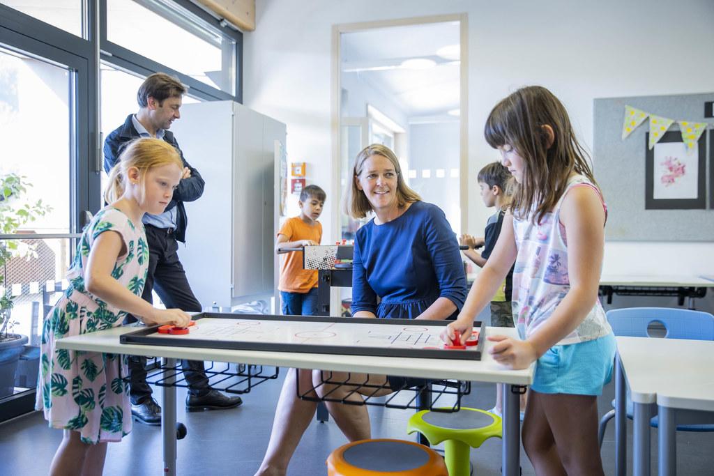Im Bild: Sommerprogramm in der Volksschule Abtenau: Bgm. Johann Schnitzhofer und LR Andrea Klambauer sowie spielbegeisterte Kinder