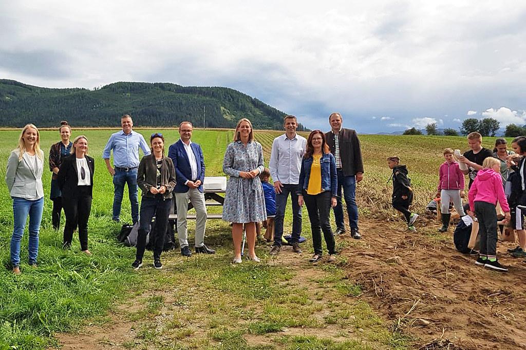 """Feriencamp mit viel Platz zum Bewegen und Entdecken: LR Andrea Klambauer besuchte das Camp """"KEMmt's in die Biosphäre"""" in Tamsweg."""