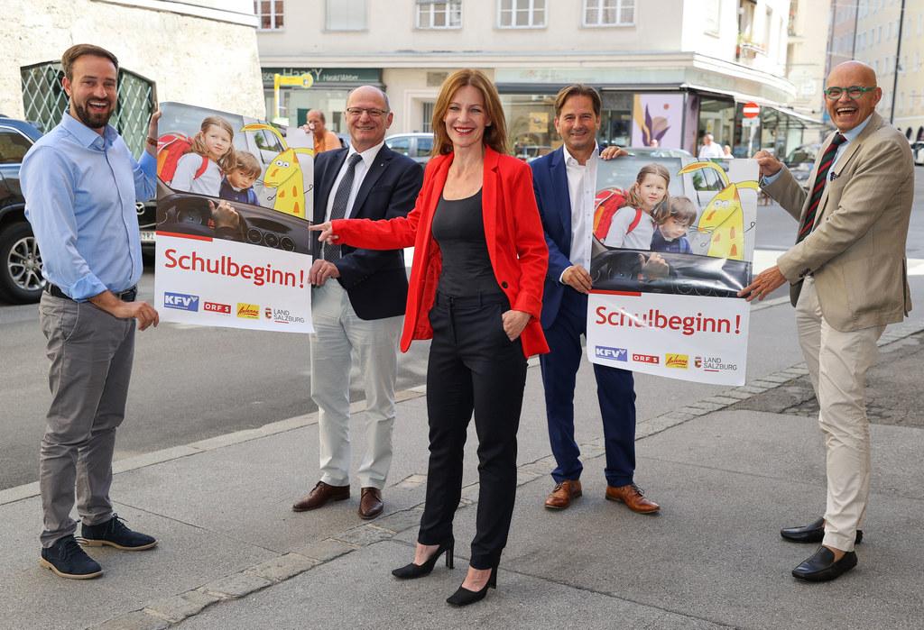 800 Plakate zur Erinnerung des Schulstarts, im Bild: LR Stefan Schnöll, Bildungsdirektor Rudolf Mair, Katharina Gudmundsson (Antenne Salzburg), Martin Pfanner (KFV) und Christoph Takacs (ORF)